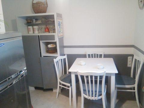cocina de estilo retro decorada en blanco y gris