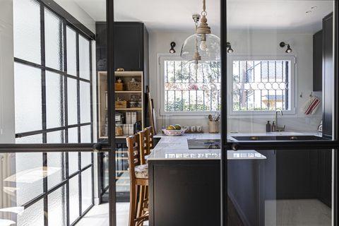 cocina de estilo romántico en color antracita con cerramientos de cristal