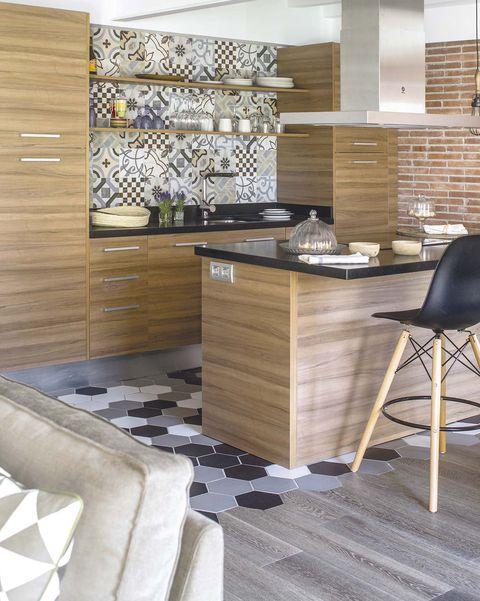 cocina moderna abierta con suelo de madera y baldosas hexagonales