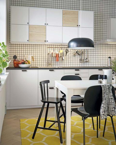 cocina con comedor en blanco, negro y amarillo