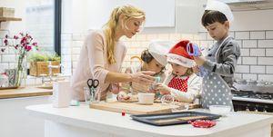 Familia en la cocina por Navidad