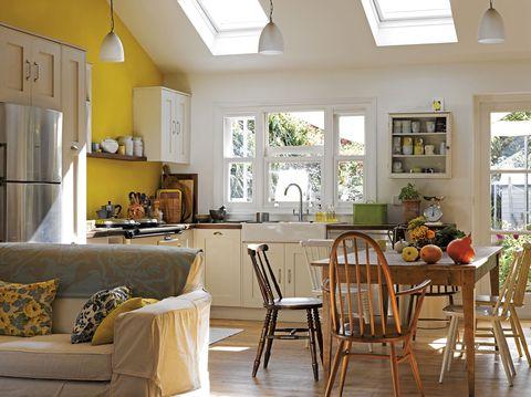 cocina con office cocina abierta al salón con paredes amarillas