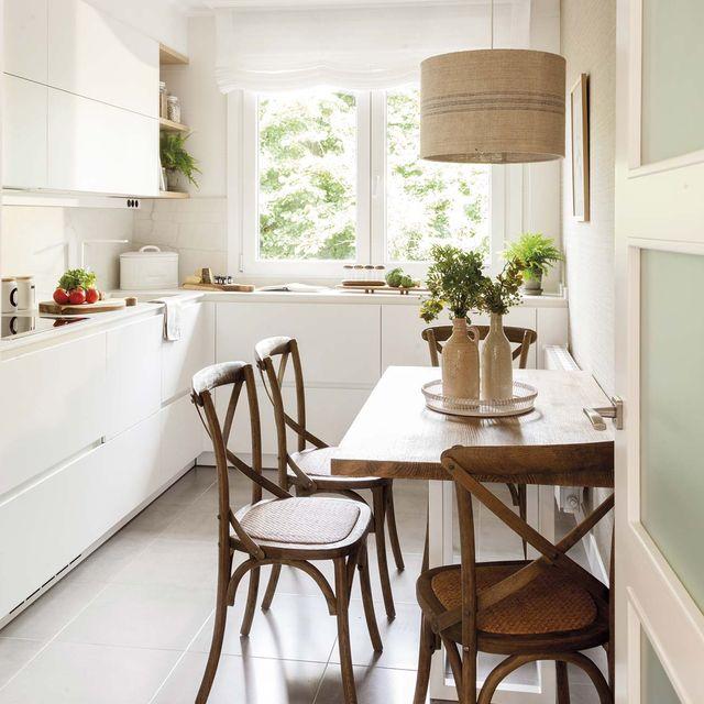 cocina mini en blanco con comedor de madera
