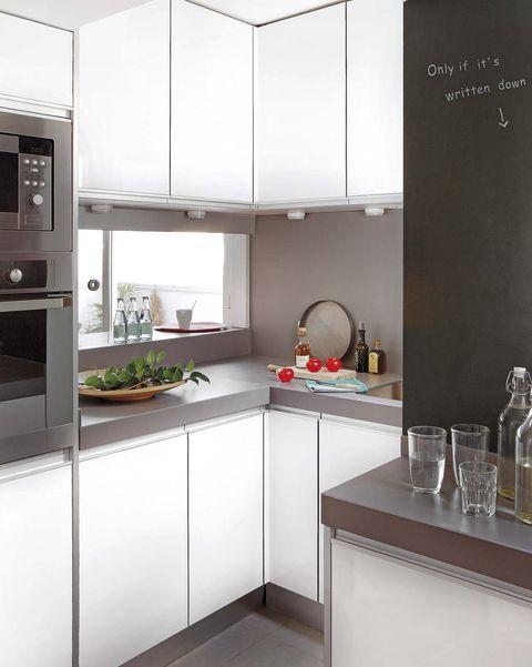 cocina mini moderna en blanco y gris con pasaplatos