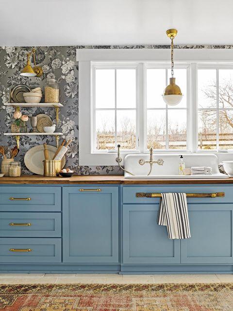 Cocina rústica: Muebles de cocina en azul y paredes con papel pintado