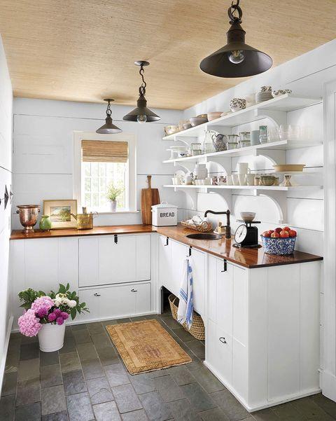cocina rÚstica en blanco y madera con baldas