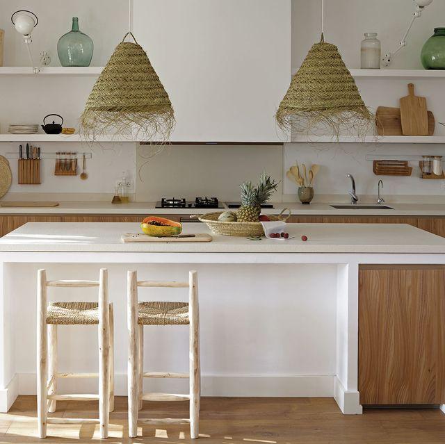 cocina con office isla central con taburetes rústicos