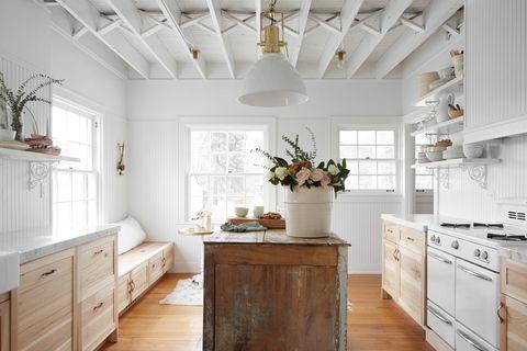 cocina abierta de estilo farmhouse chic
