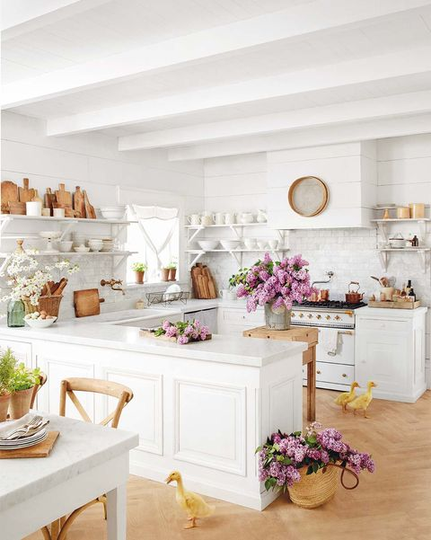 Cocina blanca decorada con flores: estilo romántico