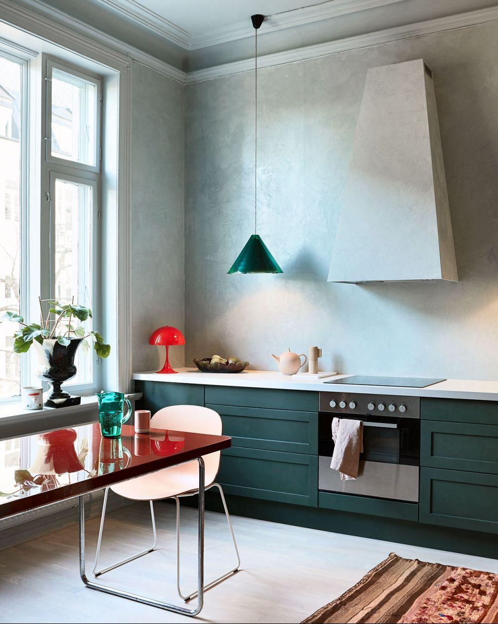 Cocina decorada con armarios de color verde oliva