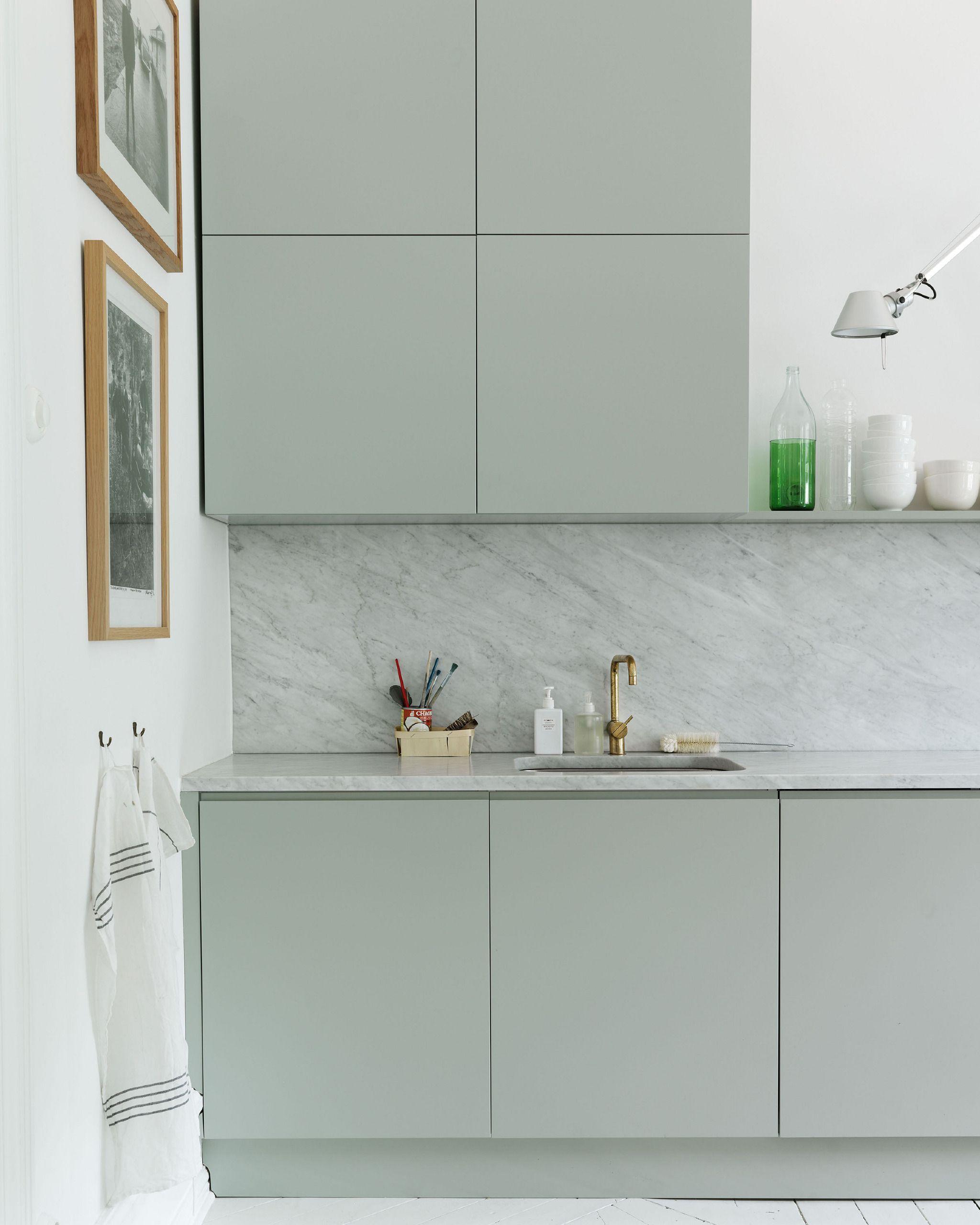 Cocina con armarios decoradosen un tono verde empolvado