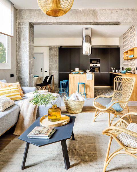 Sala în ciment și lemn: masa de cafea și scaune rattan