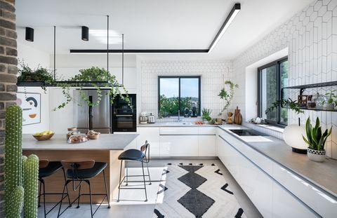 cocina abierta de estilo escandinavo en blanco y negro