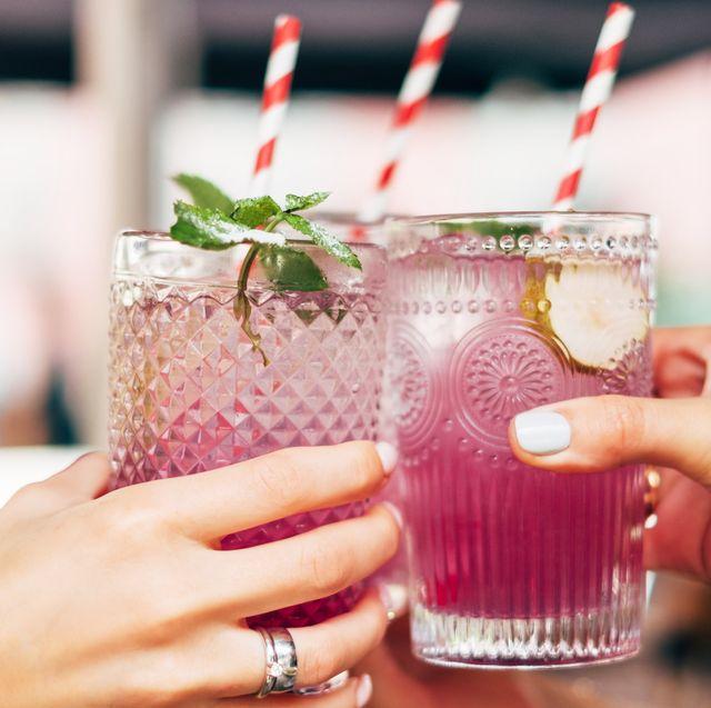 I cocktail per l'estate 2019 sono alla base del divertimento in vacanza con le tue bff: scopri qui ricette e abbinamenti della cocktails list più fresh che sia.