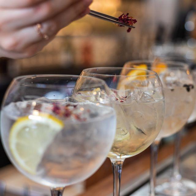 cocktails maken decoratie toevoegen