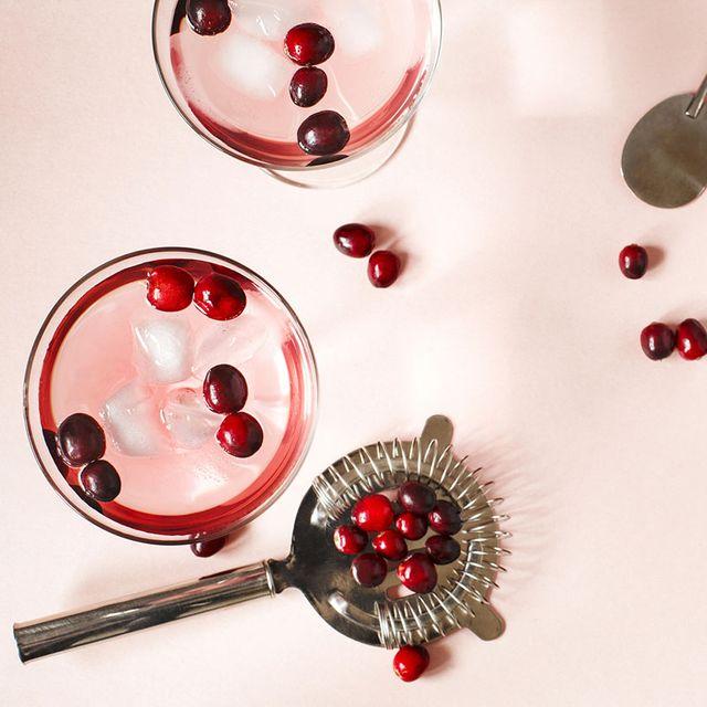 Cranberry cocktail met een strainer