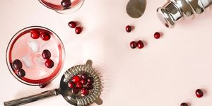 Cranberry cocktail met een strainer
