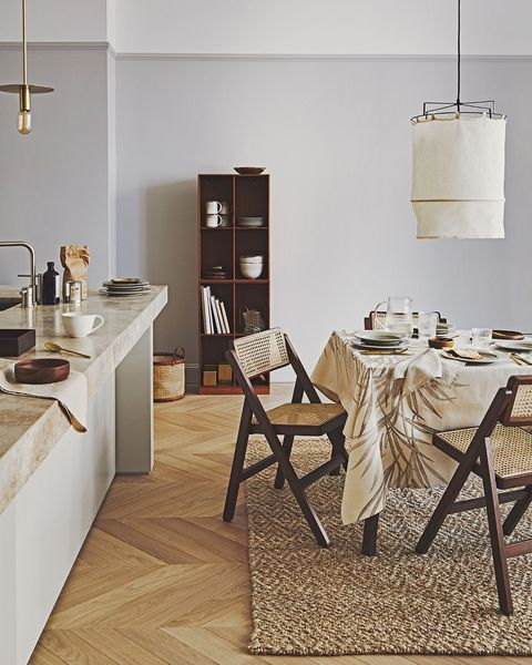 cocina con office estilo moderno en blanco y gris