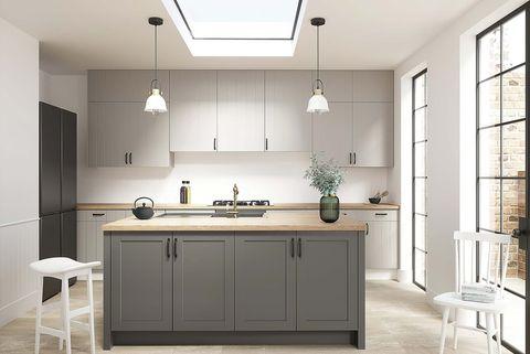 cocina blanca y gris con ventana en el techo