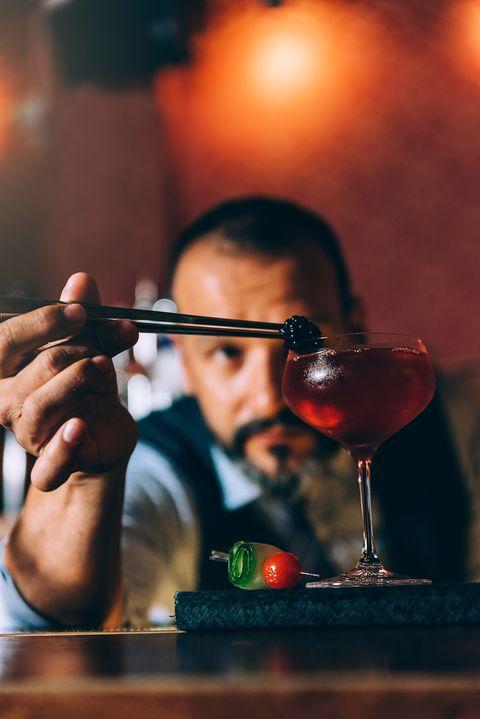 barman preparando un coctel