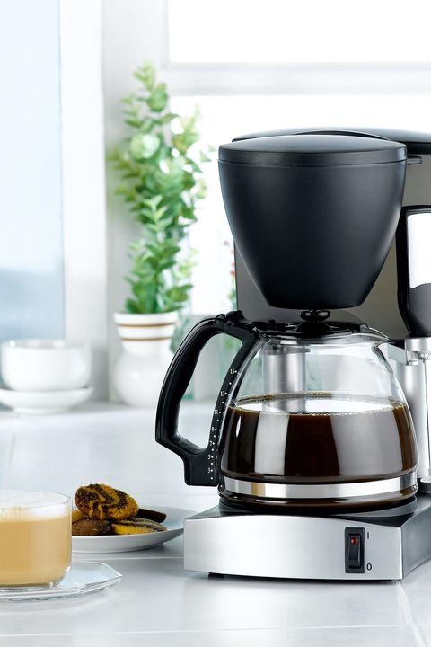 Macchina della caldaia e del frullatore del caffè nell'interiore della cucina