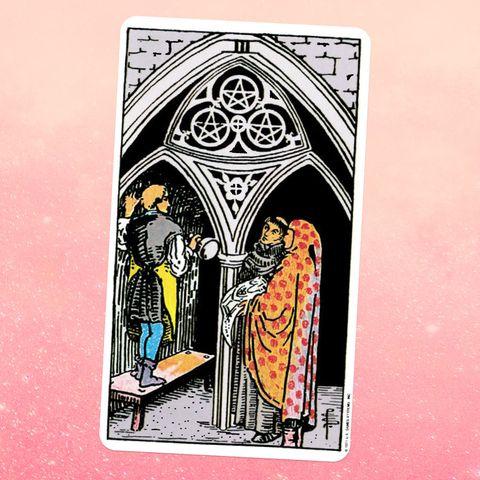 la carte de tarot les trois pièces de monnaie, montrant trois personnes à l'intérieur d'une arche, l'une debout sur un banc et les deux autres les regardant un motif de trois pièces en forme d'étoile peut être vu dans le haut de l'arche