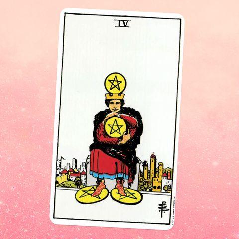 la carte de tarot le quatre de pièces, montrant une personne debout sur deux pièces et en tenant deux autres