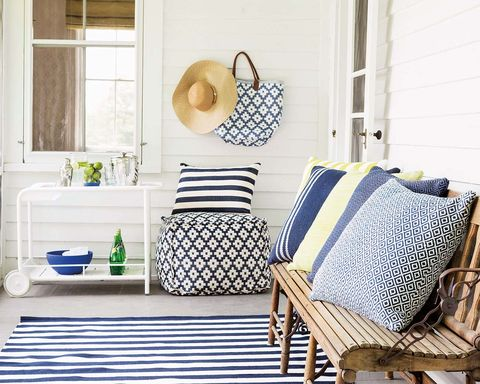 Porche decorado con estilo navy en azul