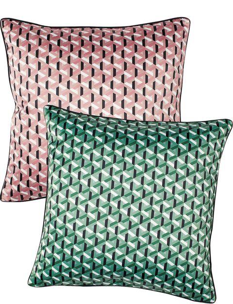Cojines con geométricos en verde y rosa