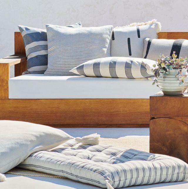 cojines de rayas azules de terraza