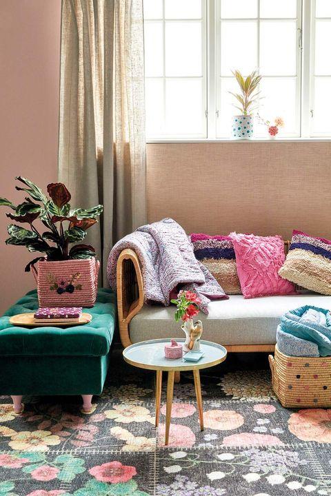 cojines y manta en el sofá