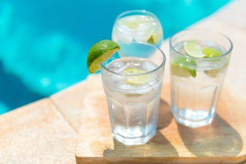 Cold Gin and Tonic con línea fresca y hielo