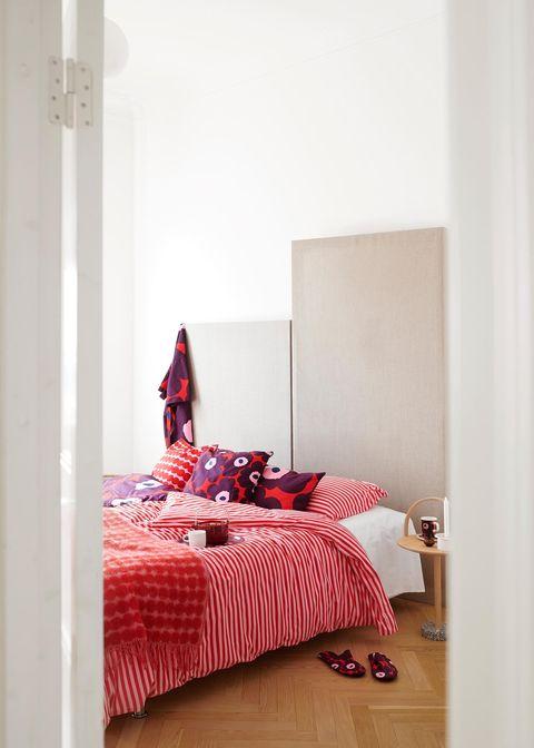 Ropa de cama en tonos rojosde la firma nórdica Marimekko