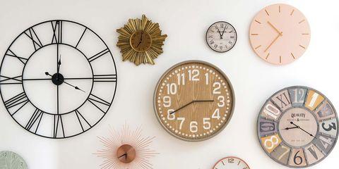 Colección de relojes de pared en el dormitorio