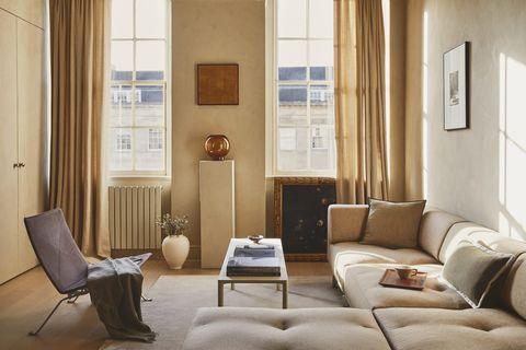 salón decorado en tonos neutros con muebles atemporales
