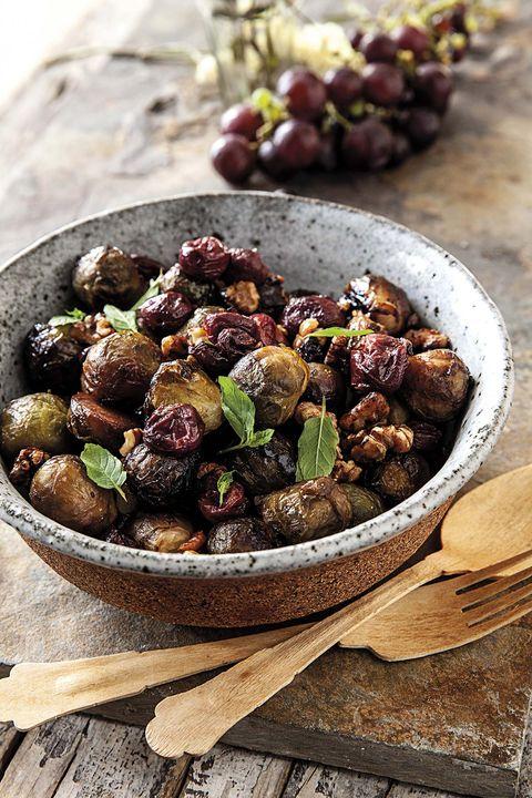Recetas: Coles de Bruselas al horno con uvas y nueces