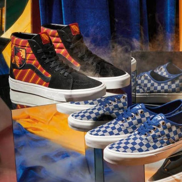 終於等到「VANS X 哈利波特」聯名系列,四個學院都有不同鞋款和Logo!感覺穿上它就會飛起來啊