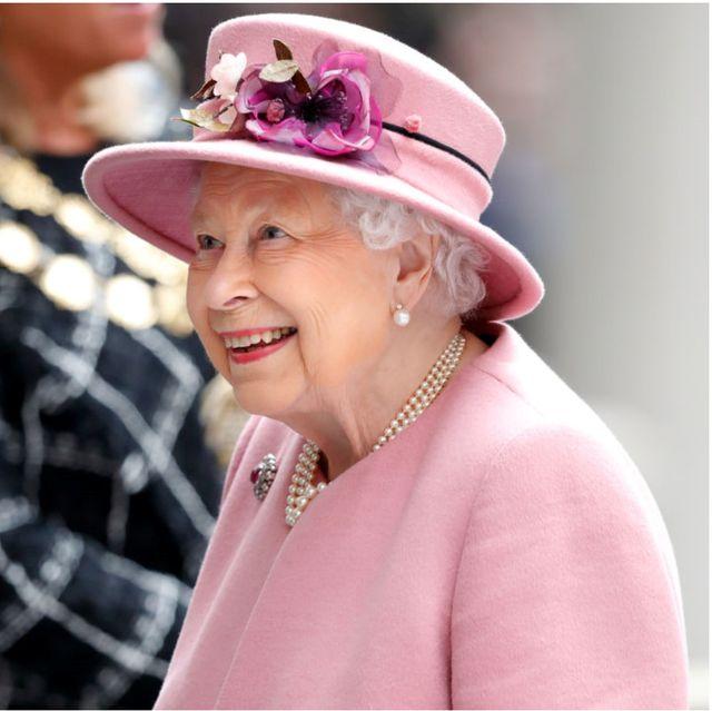 英國女王94年裡的每一天都好時髦、好繽紛呀!細數伊莉莎白奶奶打破皇室規則的穿搭