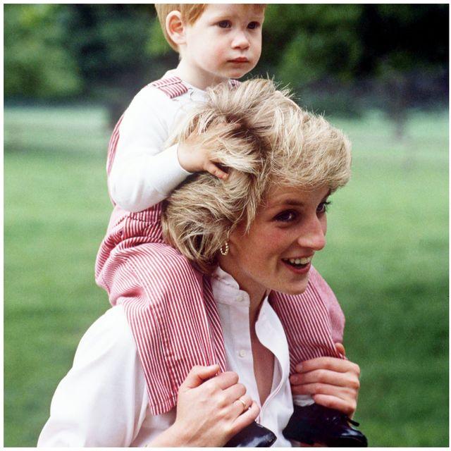 「黛安娜王妃」未曾曝光的居家生活照太幸福!25張黛妃與威廉、哈利王子兒時的幸福瞬間全紀錄