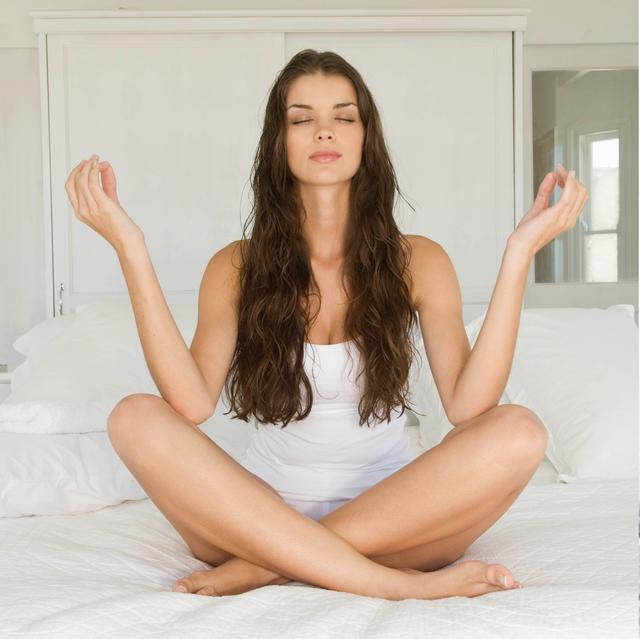 12個睡前運動菜單、助眠瑜珈統整!10分鐘消水腫邊睡邊燃脂比慢跑更有效
