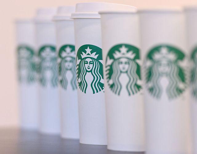 世界で最も有名なコーヒーショップチェーンのひとつである、スターバックス コーヒー。今や世界全体で30,000店舗以上ある「スタバ」は、ブランドを象徴するロゴを見れば、多くの人々が一目でそれとわかるはず。とはいえ、スタバには私たちが知らないことがまだまだたくさん。今回は、スタバに関する16の驚きの事実をご紹介。