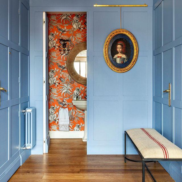 baño de estilo clásico decorado con papel pintado en colores vivos
