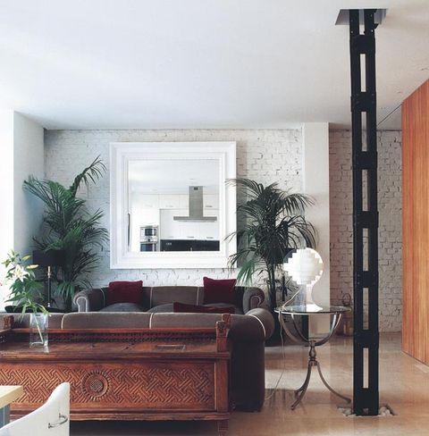 salón con columna de estilo industrial