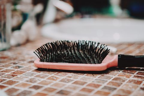 comb hair with tufts in bathroom 薄毛 抜け毛 ヘアロス 髪