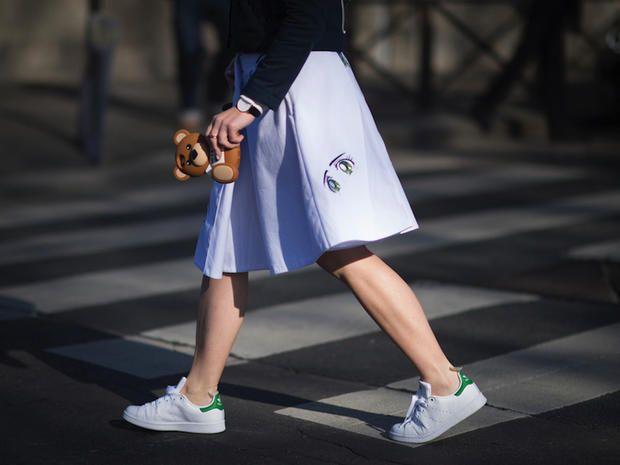 Come indossare le sneakers bianche, i migliori look con le scarpe da ginnastica bianche