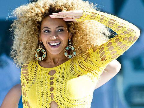 Hairstyle, Facial expression, Jheri curl, Fashion accessory, Earrings, Headgear, Ringlet, Beauty, Fashion, Costume accessory,