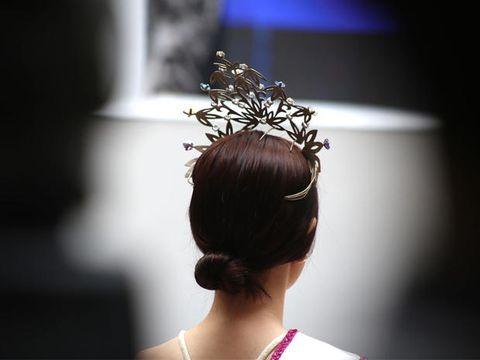 Hair, Hairstyle, Headpiece, Beauty, Chignon, Bun, Fashion, Hair accessory, Dress, Headgear,