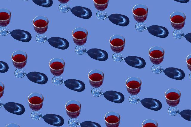 come rimuovere le macchie di vino rosso dai vestiti