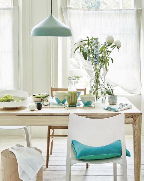 comedor en blanco, madera y azul con mesa extensible