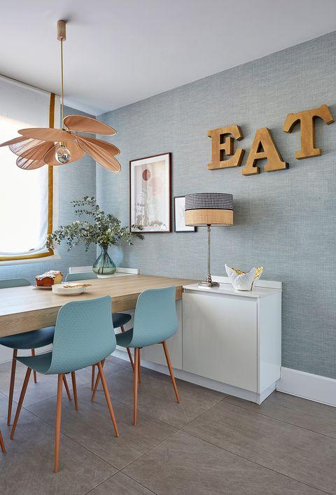 comedor decoración blanco madera y azul ventilador de techo y letras en la pared